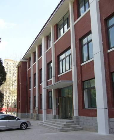 中国人民大学附属中学办公楼为砖混结构